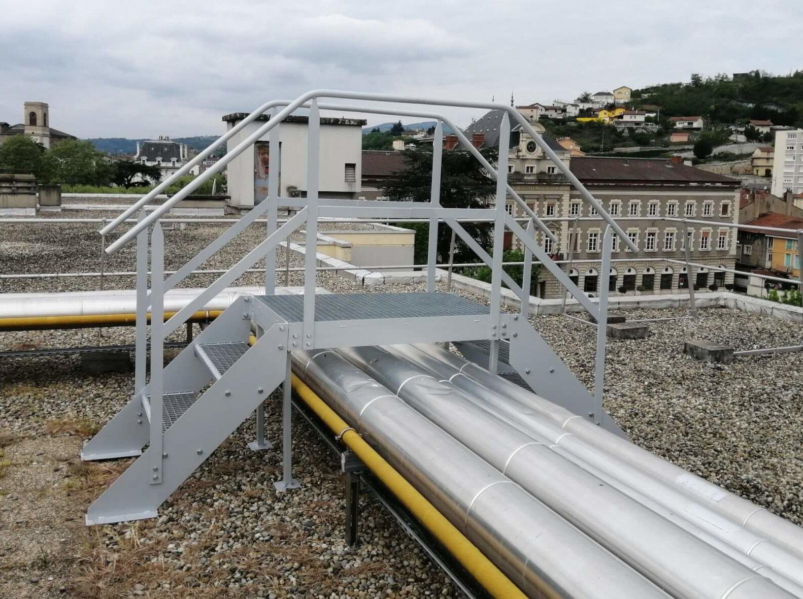 Fabrication et installation dune passerelle en acier galvanisée sur-mesure